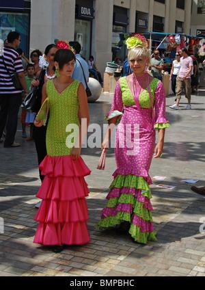 Giovane donna in abiti di flamenco, Feria de Malaga, Malaga, Costa del Sol, provincia di Malaga, Andalusia, Spagna, Europa occidentale. Foto Stock
