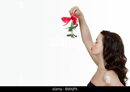 Giovane donna soffia un bacio Foto Stock