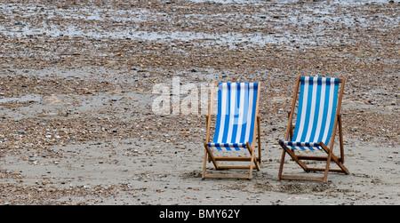 Vuoto due sedie a sdraio sulla spiaggia. Foto di Gordon Scammell