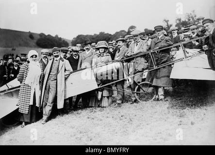 Aviator Louis Blériot (1872 - 1936) + moglie davanti al suo piano dopo il suo storico primo volo attraverso il canale Foto Stock