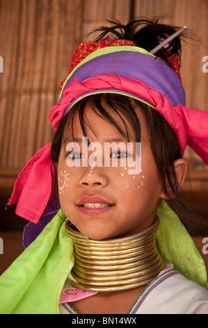 Karen hill tribe ragazza indossando il tradizionale bobina collo a Baan Tong Luang villaggio del popolo Hmong in Foto Stock