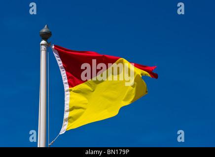 Regno Unito di rosso e di giallo spiaggia Bandiera bagnino di turno. Foto Stock