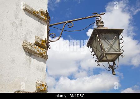 Nero ferro Wroght Street lam del Vecchio Mondo Europa e cielo blu Foto Stock