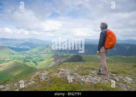 Signora cadde walker guardando la vista dal Distretto del Lago è sceso di Robinson verso Newlands Valley Foto Stock