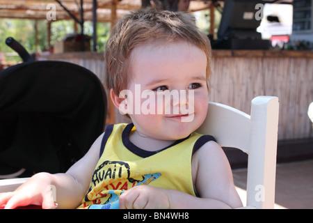 Cheeky poco Ragazzo che sorride Foto Stock