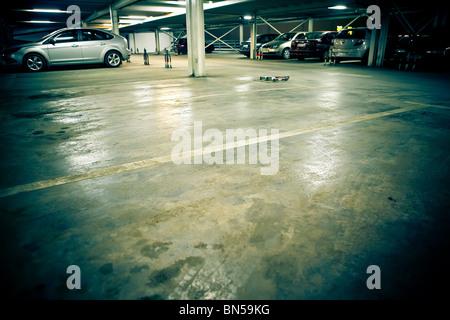 Parcheggio nel garage sotterraneo - interno Foto Stock