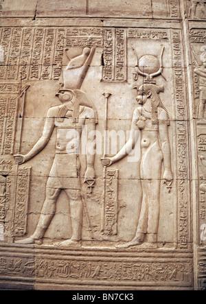 Bassorilievo sculture in alabastro del dio falco Horus e madre Isis. Il Tempio di Horus e Sobek, Kom Ombo, Alto Foto Stock