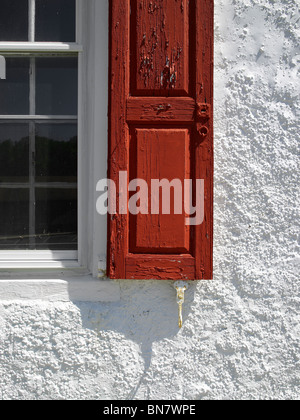 Red otturatore, Finestra e stucco bianco parete, Pennsylvania USA Foto Stock