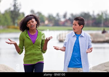 Multi etnico razziale etnicamente diversi ragazzi 14-16 anni di African American Girl e Caucasico boy parlando.Signor Foto Stock