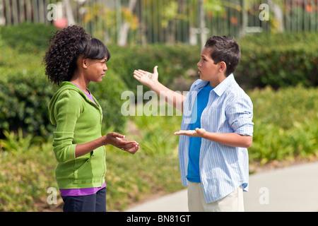 California multi etnico etnico razziale diversificato gruppo adolescenti African American teens parlando entusiasta Foto Stock