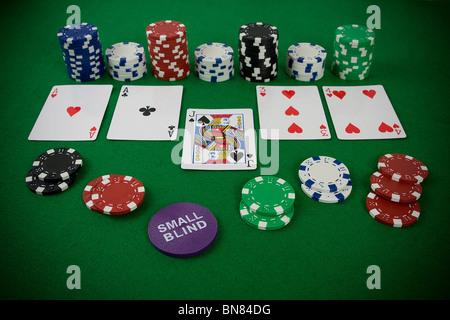 Set di poker con chip e carte sul tavolo verde - small blind chip. Foto Stock