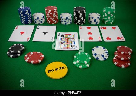 Set di poker con chip e carte sul tavolo verde - big blind chip. Foto Stock