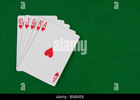 Le schede con disposizione di poker sul tavolo verde Foto Stock