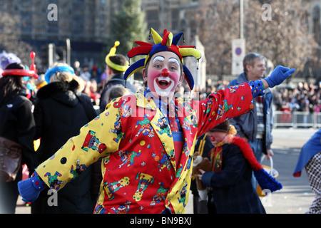 Un uomo vestito come un clown in abiti colorati e naso rosso a ... e4c63c27c5e