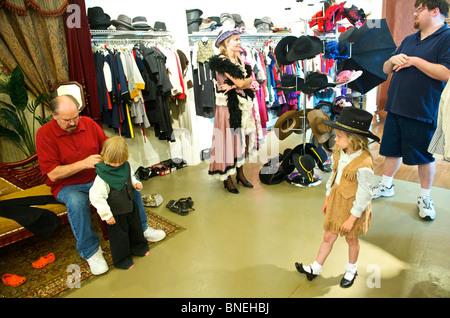 Famiglia turistica prepararsi in stile occidentale a Wildwest abbigliamento per foto riprese in Galveston, STATI UNITI D'AMERICA