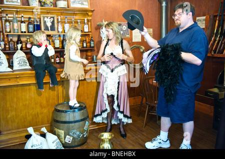 Famiglia turistica prepararsi in stile western abbigliamento a Wildwest per foto riprese in Galveston, STATI UNITI D'AMERICA