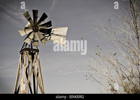 Un vecchio stile di frontiera mulino a vento. Foto Stock