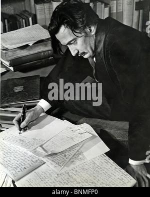 SALVADOR DALI (1984-1989) artista spagnolo scrivendo la sua autobiografia nel 1940. Vedere la descrizione seguente Foto Stock