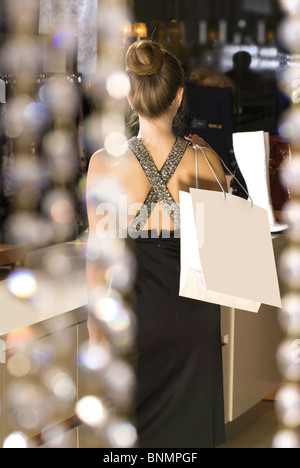Retro della bella e ricca signora della boutique Foto Stock