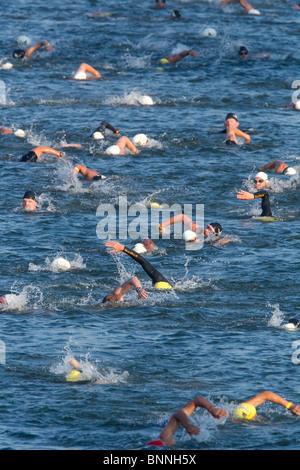 I concorrenti nella prima tappa di un triathlon nuotare nel Lago Lady Bird nel centro di Austin, Texas. Foto Stock