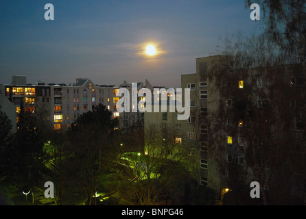 La luna su un edificio di appartamenti a Tempelhof di Berlino, Germania Foto Stock