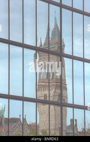 Boston è di nuovo il vecchio Sud chiesa, trova in Copley Square, riflessa nelle finestre del John Hancock Building Foto Stock
