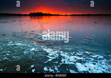 Incredibile inverno sunrise a Årvold nel lago Vansjø in Østfold, Norvegia. Vansjø è una parte dell'acqua sistema Foto Stock