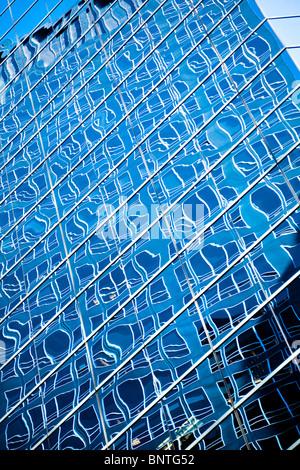 """Riflessioni in finestre di vetro di New York un grattacielo, Manhattan """" New York """" New York City USA America Foto Stock"""
