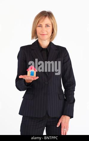 Coppia imprenditrice tenendo una casa Foto Stock