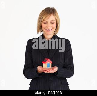 Donna matura sognando di casa nuova Foto Stock