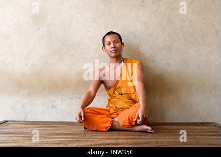 Un monaco buddista con le cuffie, Phnom Penh Cambogia Foto Stock