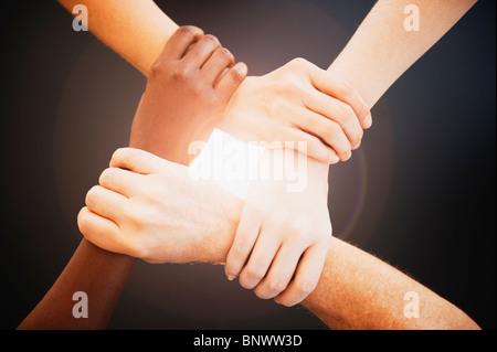 Quattro mani i polsi di altre persone Foto Stock