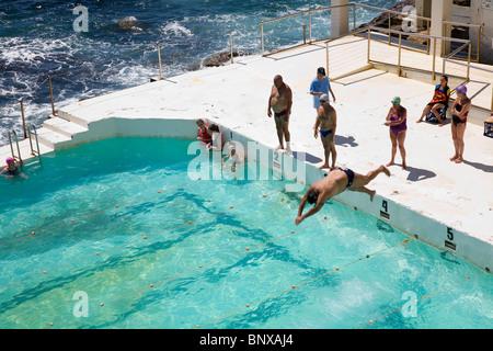 Nuotatori a Bondi iceberg piscina, noto anche come i bagni di Bondi. La spiaggia di Bondi, Sydney, Nuovo Galles Foto Stock