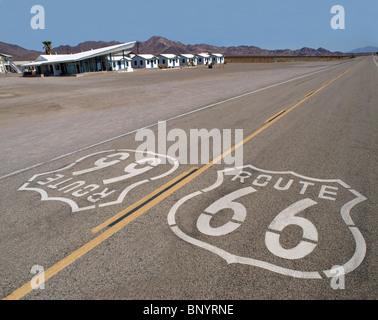 Route 66 segno con googie motel background in California il Mojave Desert. Foto Stock