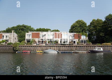 Una casa sul fiume Tamigi con barche ormeggiate, Eel Pie island, Twickenham, Richmond, London, Regno Unito Foto Stock