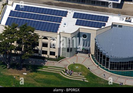 Vista aerea al di sopra di pannelli solari installati sul tetto dell'Università di San Francisco Foto Stock