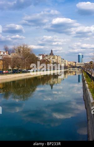 Bucarest - Vista sul fiume Dambovita in una chiara giornata di primavera Foto Stock