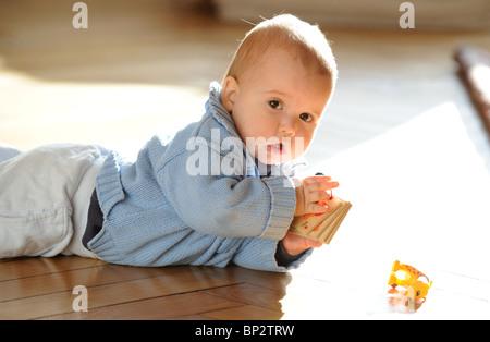 Un bambino che striscia Foto Stock