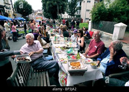 """Uno dei molti """"grandi pranzi' organizzata il 18 luglio 2010. Questo era in aumento Ditchling, Brighton. Foto Stock"""
