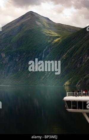 Geiranger Fjord Norway nave da crociera passeggeri guardando lo spettacolare paesaggio Patrimonio Mondiale UNESCO Foto Stock
