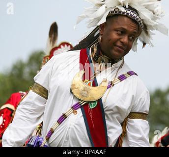 Un nativo americano uomo danze nel tradizionale completa regalia alla ottava edizione Redwing PowWow in Virginia Foto Stock