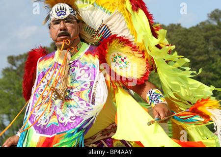 Un nativo americano uomo danze nel tradizionale completa regalia all'Ottava annuale Ala Rossa PowWow in Virginia Foto Stock