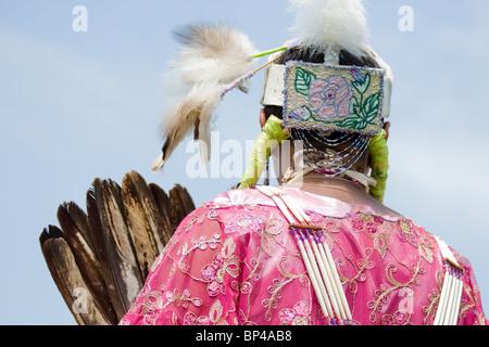 Nativo di una donna americana danze nel tradizionale completa regalia all'Ottava annuale Ala Rossa PowWow in Virginia Foto Stock