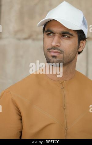 Medio Oriente uomo che indossa il cappuccio, ritratto Foto Stock