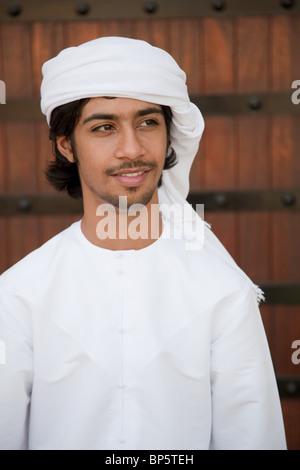 In Medio Oriente l'uomo INDOSSARE COPRICAPO, ritratto Foto Stock