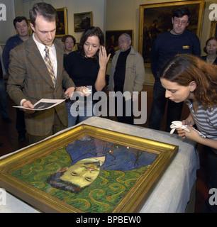 Gli esperti esaminano la pittura di Vincent van Gogh che ha restituito dalla Svizzera Foto Stock