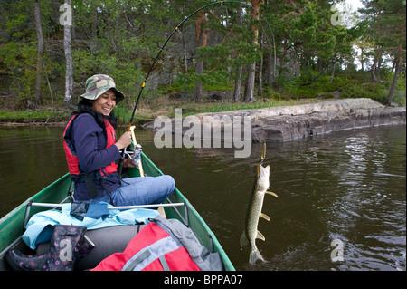Zizza Gordon con un luccio del nord, Esox lucius, catturati nel lago Vansjø in Østfold, Norvegia. Foto Stock