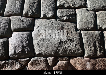 Il famoso 12 incorniciate in pietra di un muro Inca in Calle Hatunrumiyoc, Cusco, Perù Foto Stock