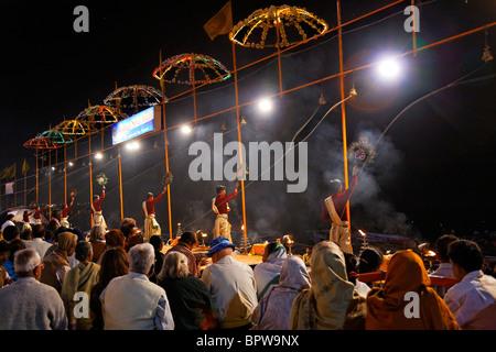 Puja serale su Dashaswamedh Ghat Varanasi, Uttar Pradesh, India Foto Stock