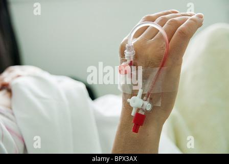Paziente tenendo la mano dopo il test del sangue Foto Stock